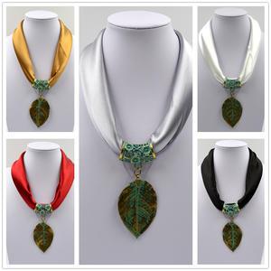 Halsband - löv - svart