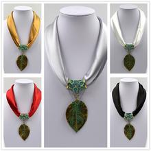 Halsband - löv - vit